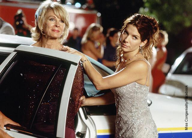 Foto de dos mujeres vestidas elegantes fuera de un carro que muestra las películas de Sandra Bullock
