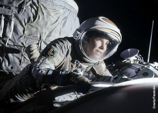 Foto de una mujer vestida de astronauta
