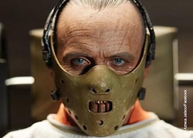 Foto de una persona con un bozal que muestra los personajes de terror del cine