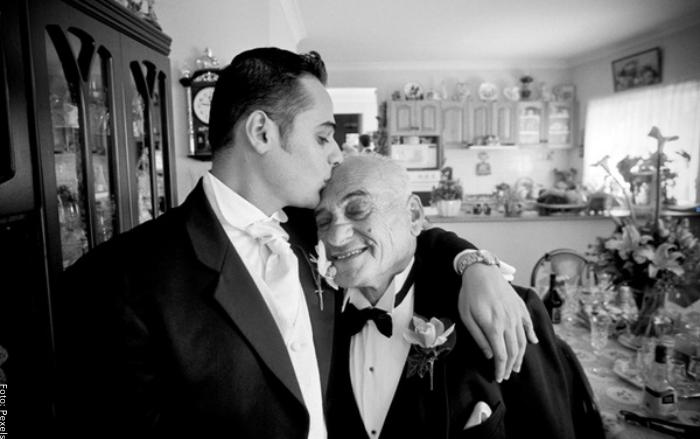 Foto de un padre anciano con su hijo