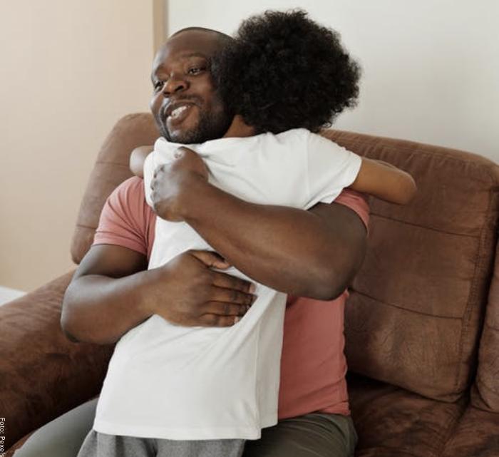 Foto de un padre abrazando a su pequeño hijo