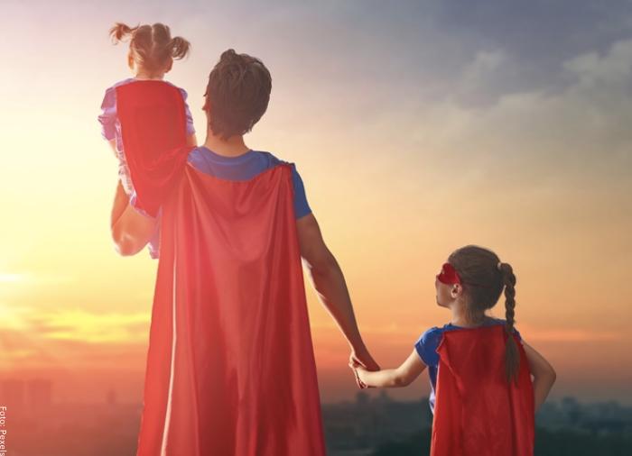 Foto de un papa héroe con sus dos hijas
