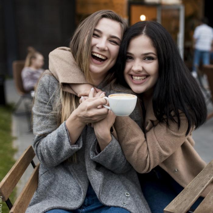 Foto de dos mujeres riéndose abrazadas