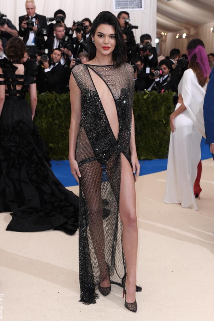 Foto de Kendall Jenner posando un paso hacia adelante