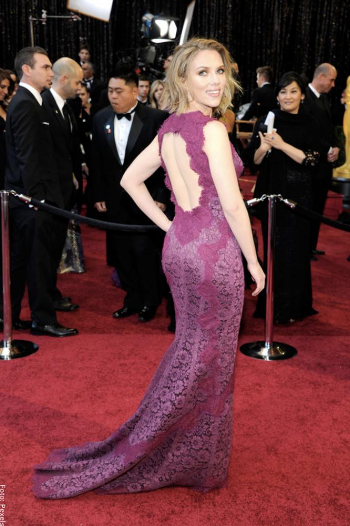 Foto de Scarlett Johansson posando mostrando caderas