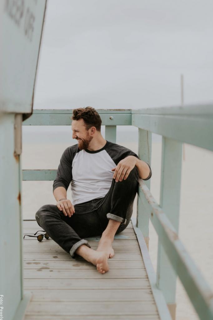 Foto de un hombre sentado para ilustrar poses para fotos