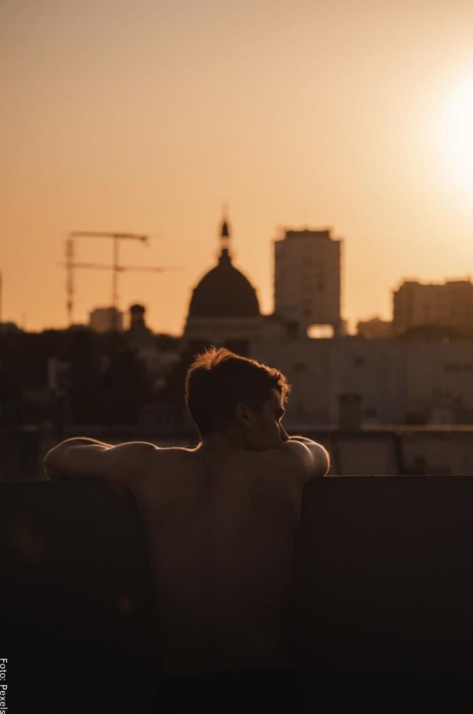 Foto de un hombre posando mostrando su espalda