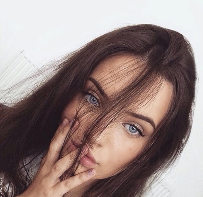 Foto de una mujer para ilustrar poses para selfies