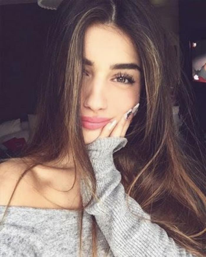 Foto de una chica haciendo cara tierna