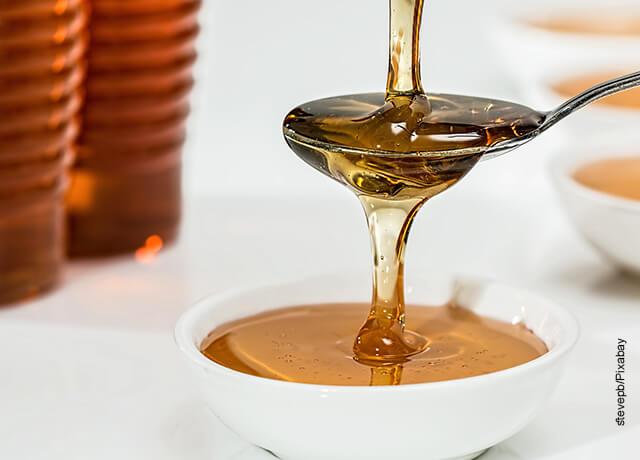Foto de una cucharada de miel de abejas