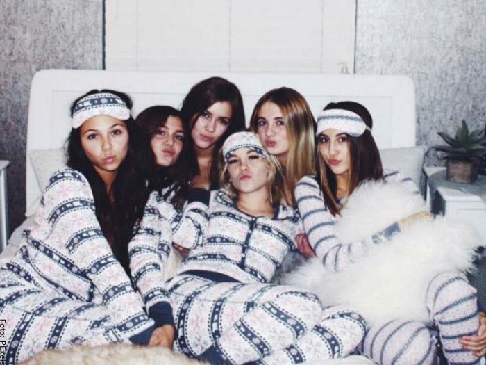 Foto de varias chicas tomándose fotos en una pijamada