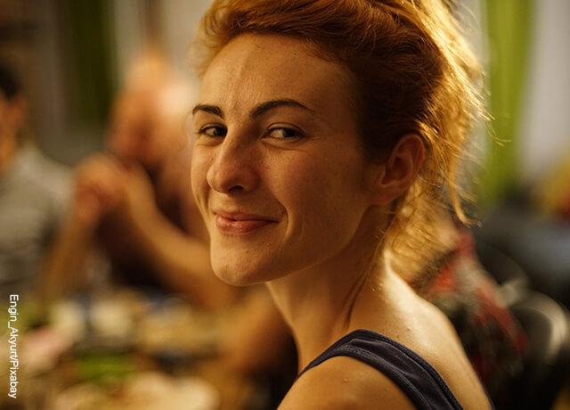Foto de una mujer rubia sonriendo a la cámara