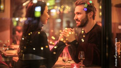 Foto de un hombre y una mujer tomados de la mano que muestra qué preguntarle a una mujer