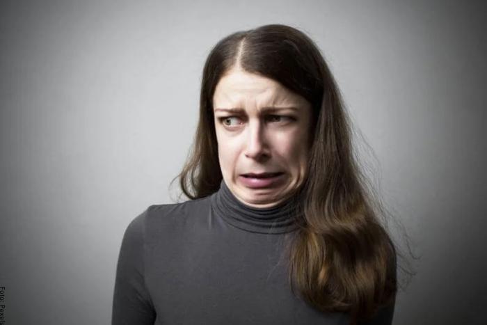 Foto de una mujer con asco