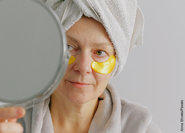 Foto de una mujer con una mascarilla en sus ojos que ilustra qué sirve para las ojeras