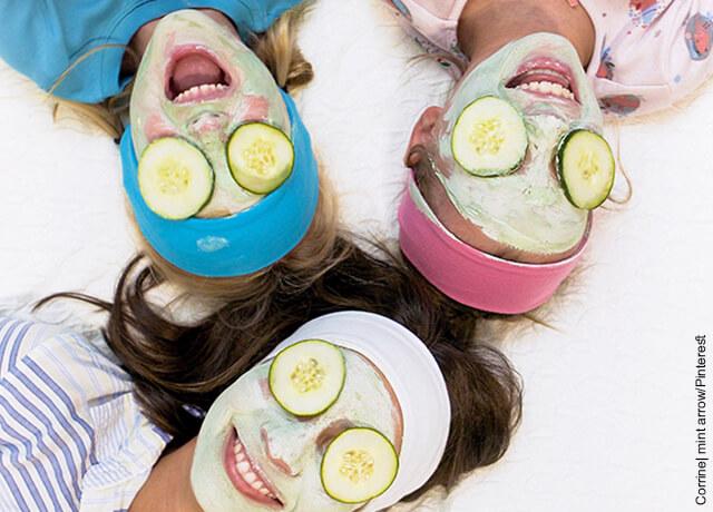 Foto de una mamá y sus hijas con mascarillas en su rostro