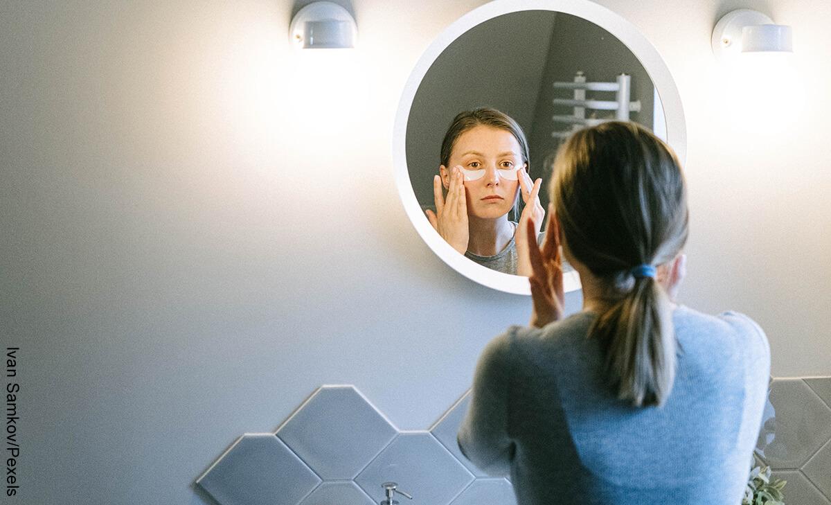 Foto de una mujer aplicado unas mascarilla que muestra qué sirve para las ojeras