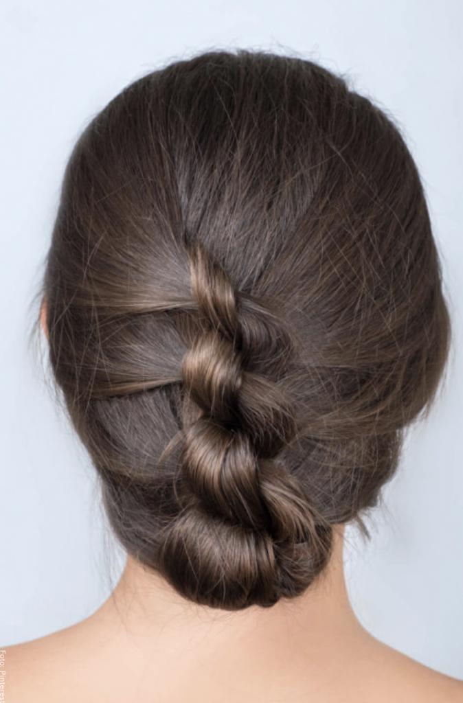 Foto de una mujer con peinado de trenza de dos