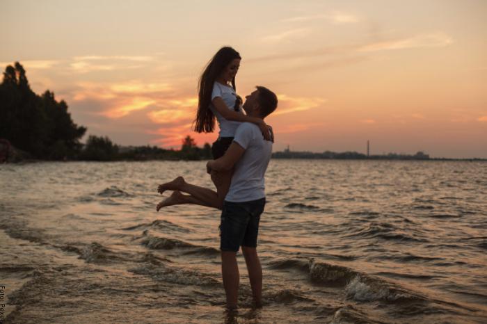 Foto de una pareja en la playa