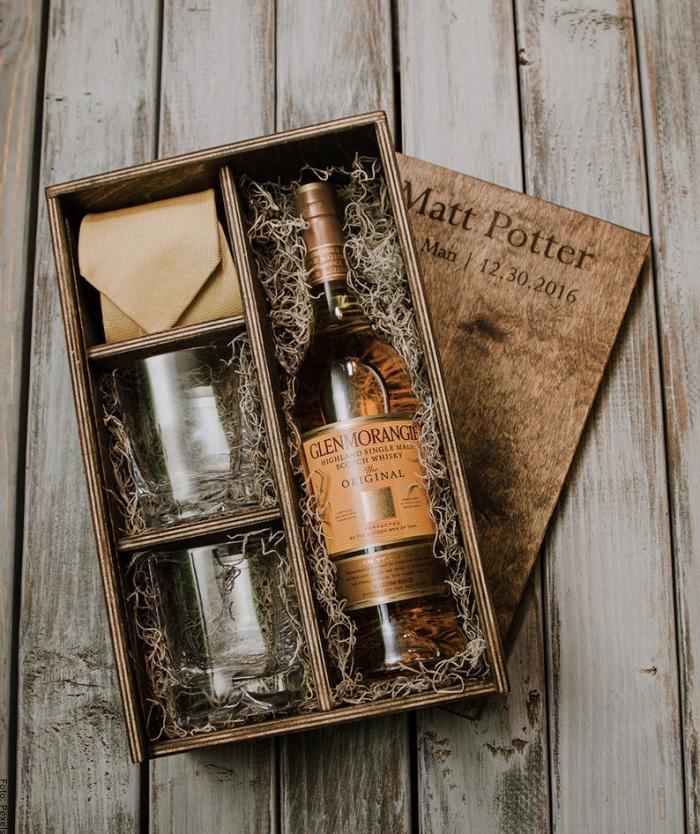 Foto de una caja de regalo con botella de whisky y vasos