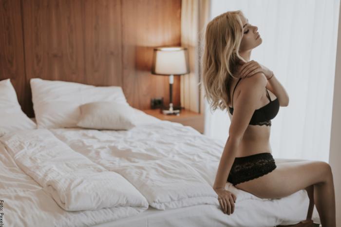 Foto de una mujer usando lencería