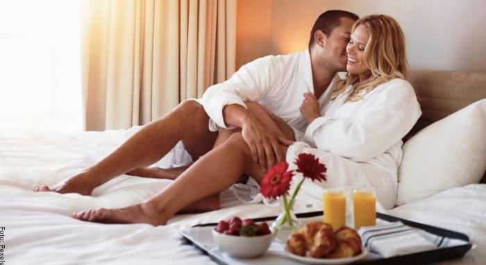 Foto de una pareja en una habitación de hotel