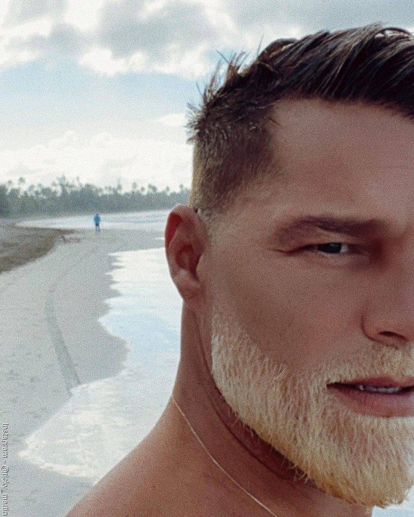 Foto de Ricky Martin luciendo el nuevo color blanco de su barba