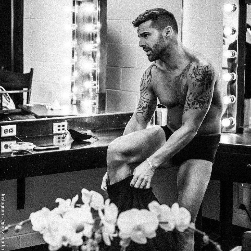 Foto de Ricky Martin poniéndose un pantalón mientras está solo en boxer