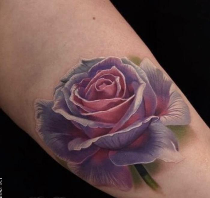 Foto de un tatuaje de una rosa con varios colores