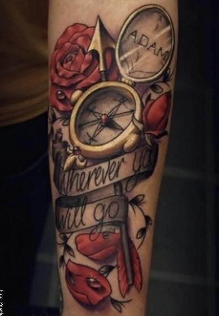 Foto de un tatuaje de rosas y pétalos