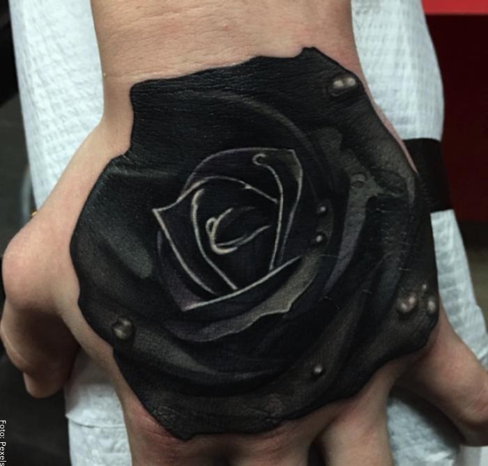 Foto de un tatuaje de rosa en tinta negra