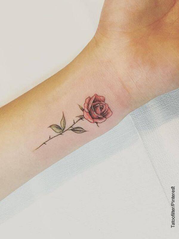 Foto de una mujer con un tatuaje en su brazo que revela las rosas en los tatuajes