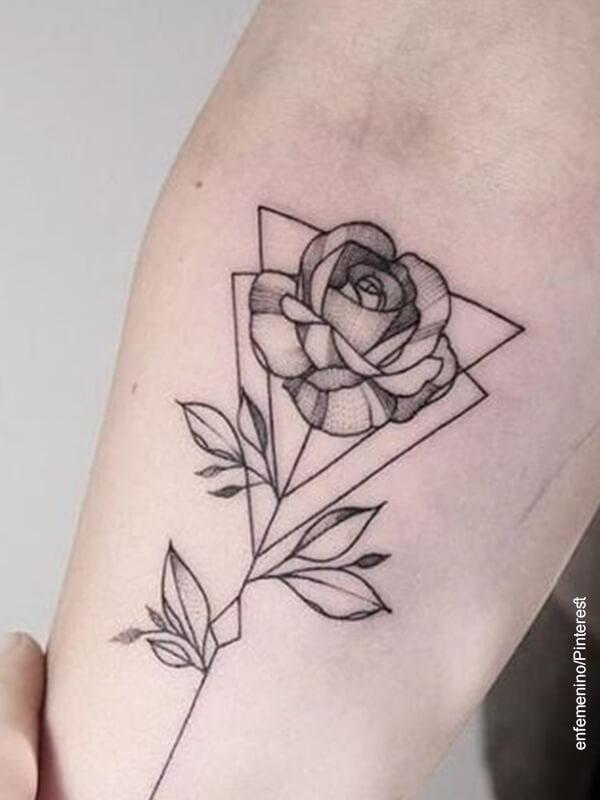 Foto de un tatuaje de flores con figuras geométricas