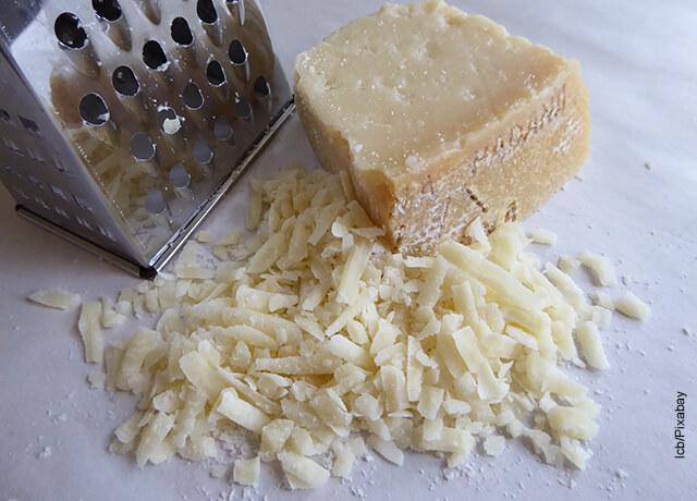 Foto de queso parmesano rayado que ilustra la salsa Alfredo y su receta