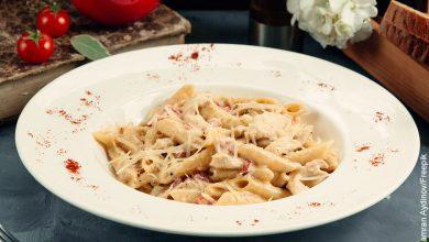 Foto de un plato de pasta penne que muestra la salsa Alfredo y su receta