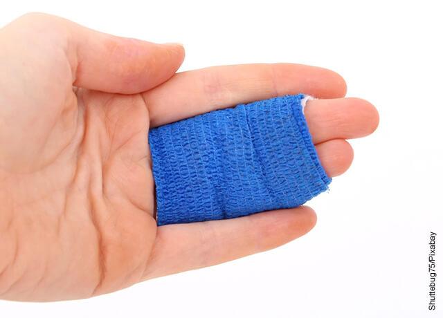 Foto de una mano con dos dedos vendados