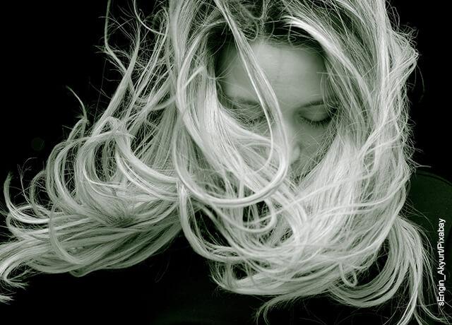 Foto de una mujer rubia a la que el viento le mueve el pelo