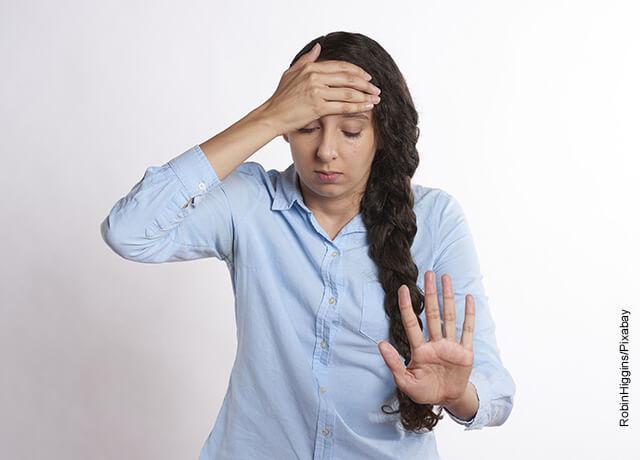 Foto de una mujer con cara de dolor