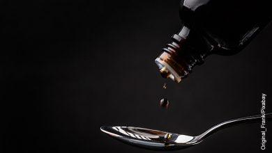 Foto de un jarabe que cae en una cuchara que muestra la sangre de drago para qué sirve
