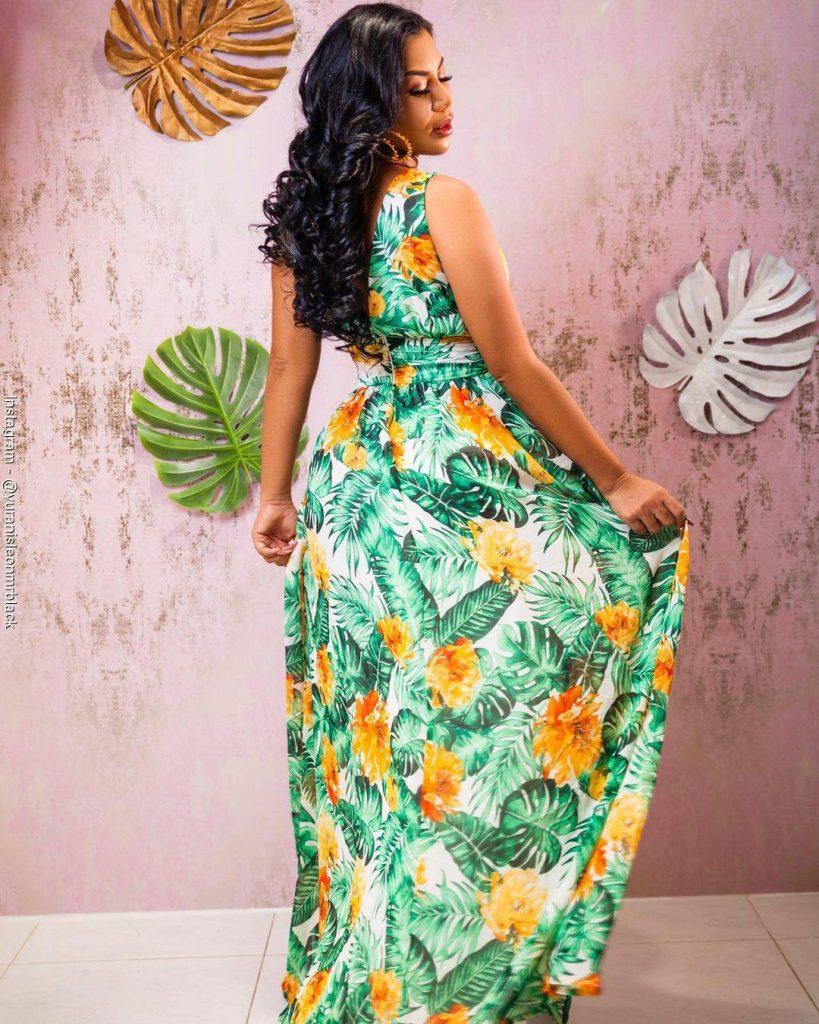 Foto de Yuranis León luciendo un vestido largo de flores verdes y amarillas