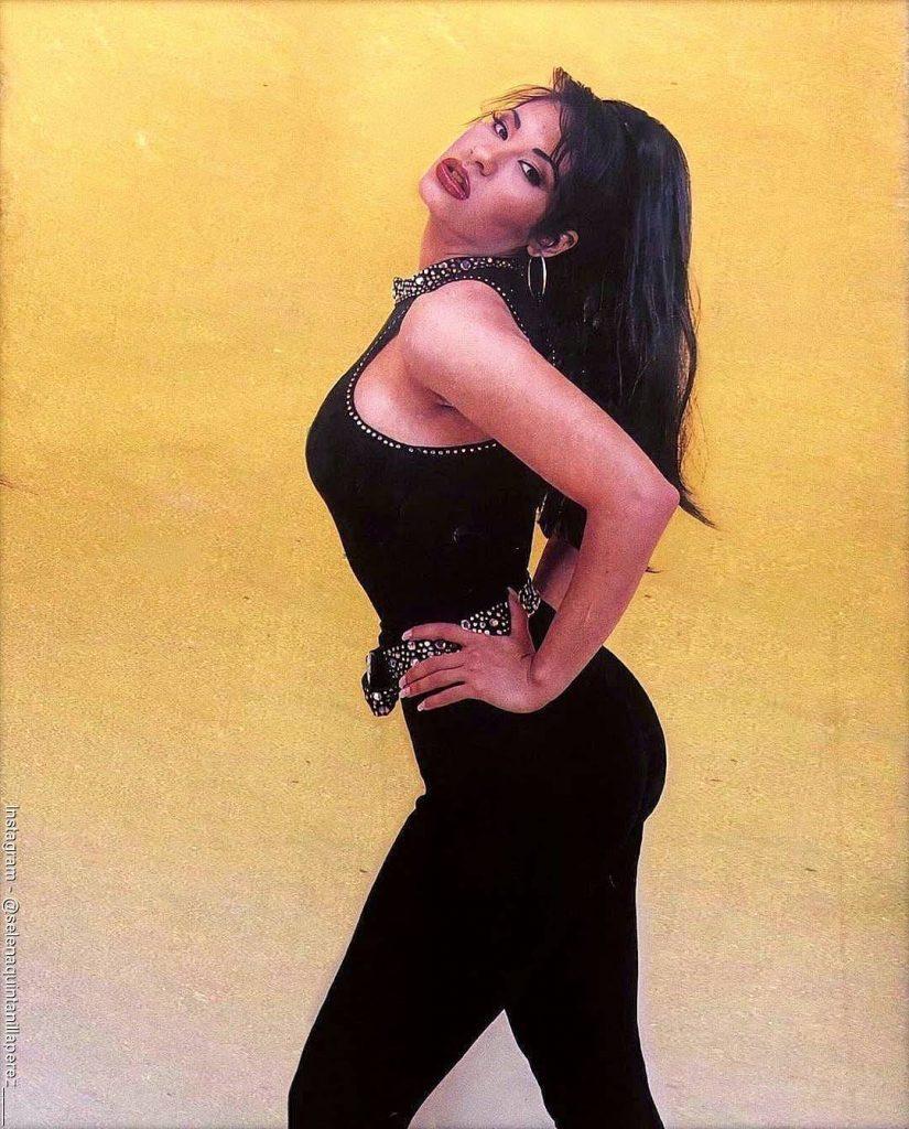 Foto de Selena Quintanilla posando para la portada de una revista
