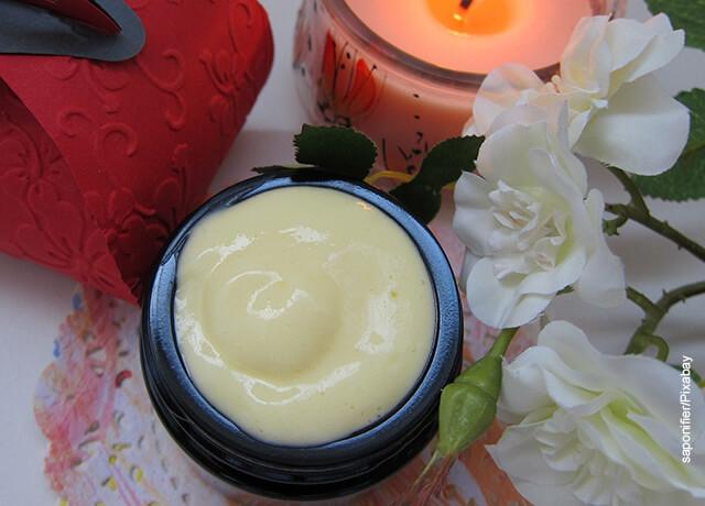 Foto de un recipiente de plástico con crema para el rostro