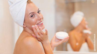 Foto de una mujer usando una crema en la piel que ilustra el serum vitamina C