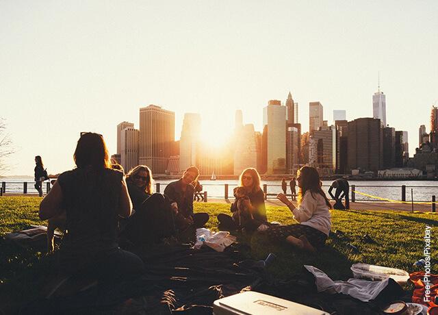 Foto de un grupo de amigos sentados en el parque