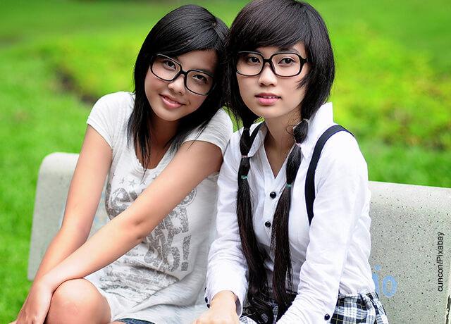 Foto de dos niñas sentadas posando para una foto que ilustra lo que es soñar con amigos