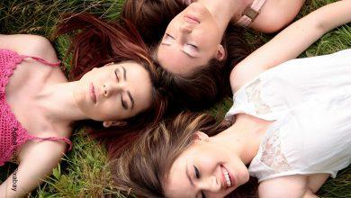Foto de tres mujeres descansando sobre el pasto que ilustra lo que es soñar con amigos