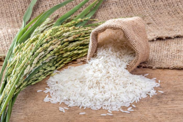 Foto de un costal con arroz crudo