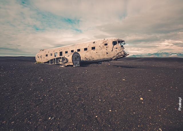 Foto de los restos de un avión en un desierto