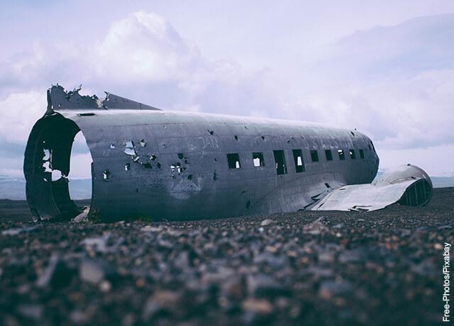 Foto del trozo de un avión abandonado en tierra