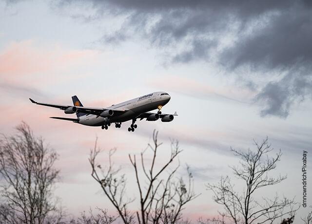 Foto de una aeronave despegando de la pista